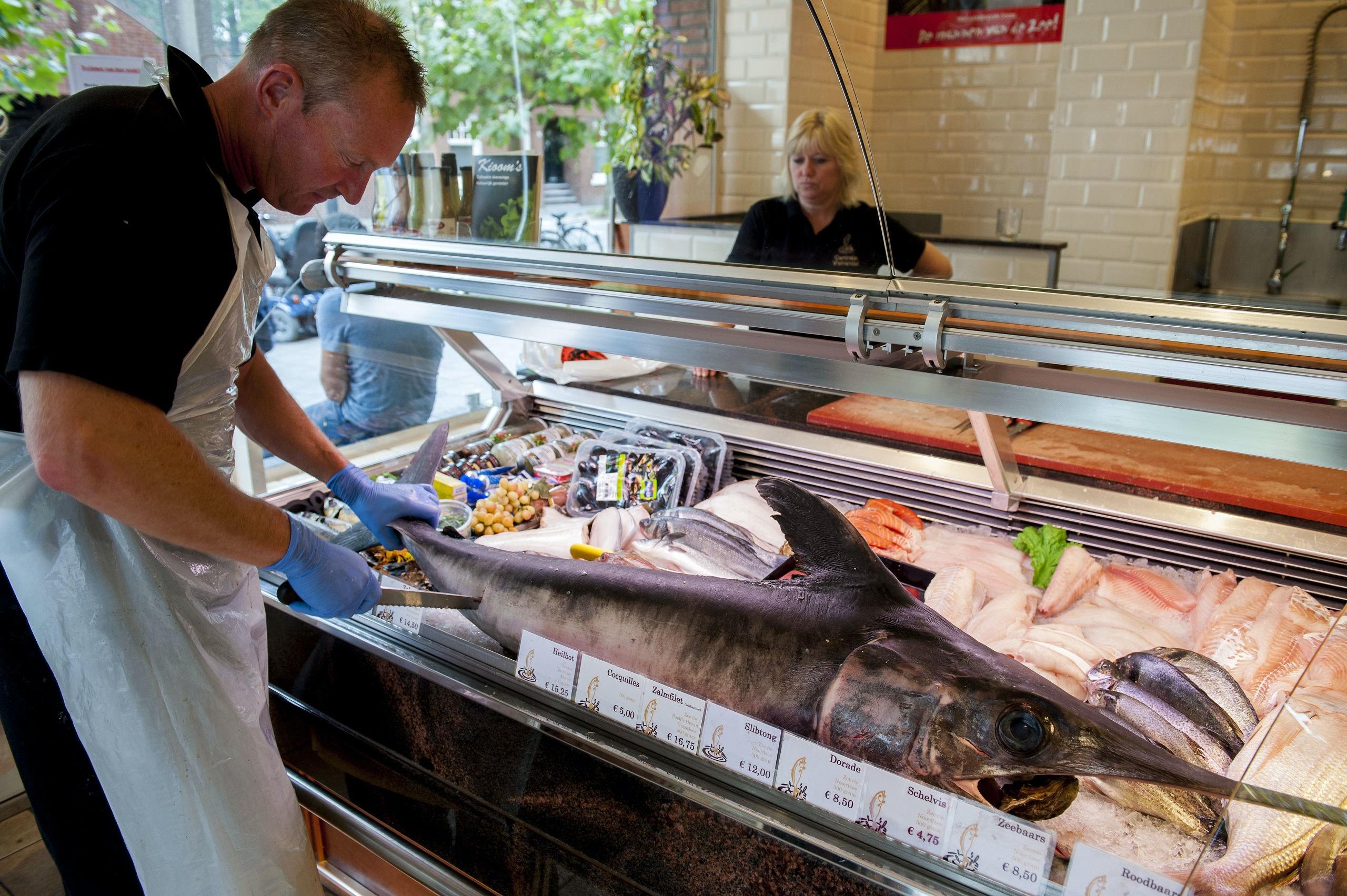 Netherlands, Amsterdam, 14 sept 2014 Viswinkel Centrale Vishandel op de Beethovenstraat heeft een hele zwaardvis in de vitrine liggen. Nu wordt er een moot afgesneden. De vis was net die ochtend van de afslag gekomen  Foto: (c) Michiel Wijnbergh