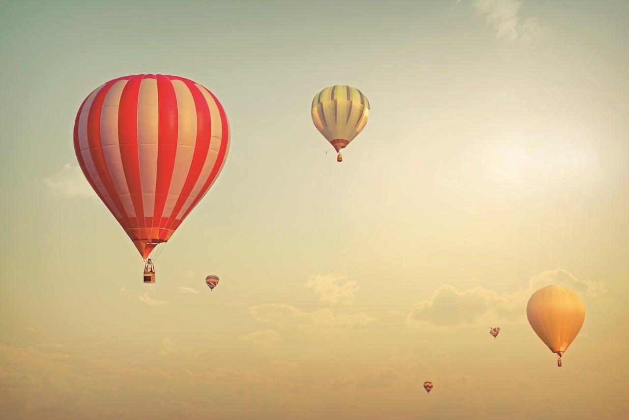 Doordat de lucht in de ballon warmer is dan de koude, omringende lucht – hoe hoger hoe kouder – stijgt de ballon.