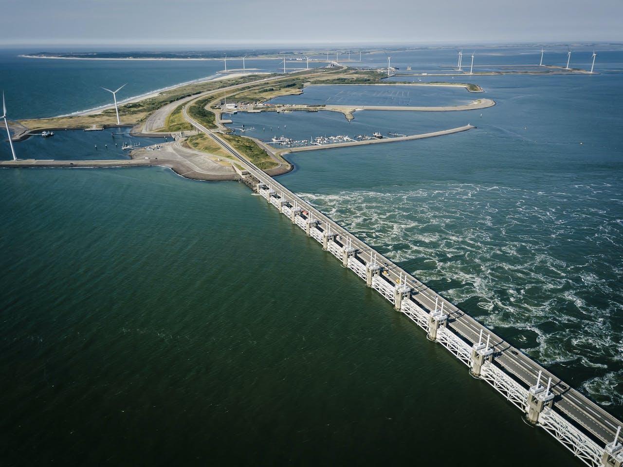 Geopende schuiven laten water door de stormvloedkering in de Oosterschelde.