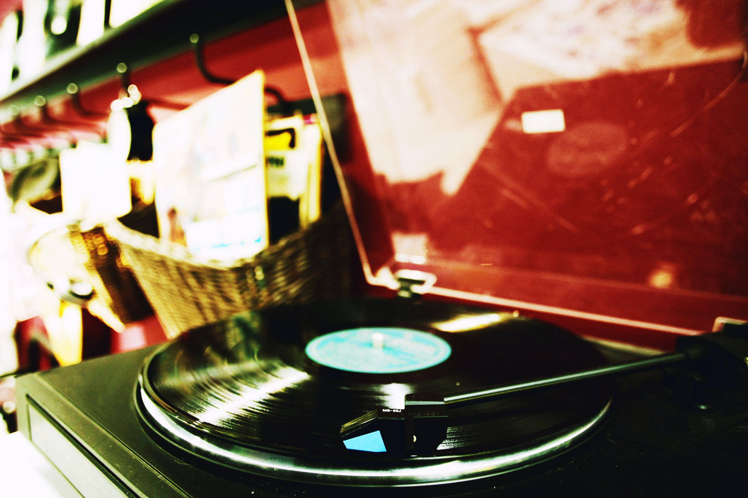 Nederland 03-09-2017  Plaatjes draaien op een pickup. Een langspeelplaat, ook wel vinylplaat genoemd, vaak afgekort tot lp of elpee, is een van vinyl gemaakte grammofoonplaat van 30 cm (12 inch) diameter, die aan elke kant ruimte biedt voor maximaal 30 minuten muziek. Sinds het begin van de jaren 2010 maakt de lp een kleine, maar groeiende opmars, mede door een heropleving van vinyl in de hiphop en dance-scenes. Ook zou de kwaliteit van het geluid van lp's beter zijn dan andere muziekdragers, zoals een cd of digitaal. Foto: Richard Brocken/Hollandse Hoogte