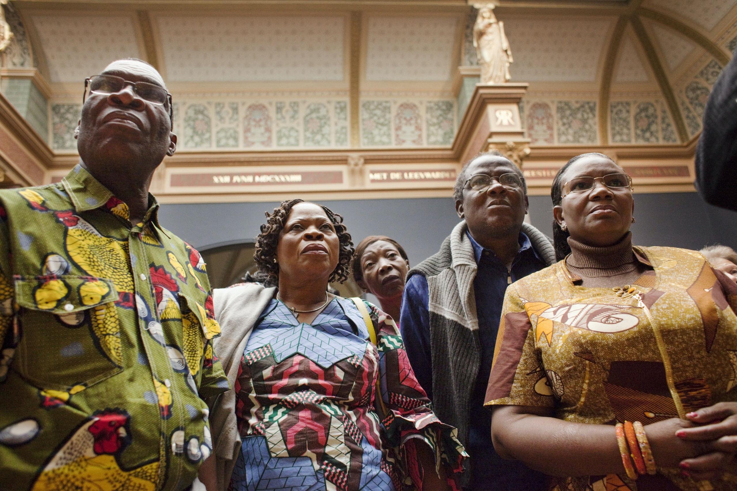 Nederland, Amsterdam, 20-08-2013. Foto: Rob Huibers. Een groep vrouwen uit  zeven Afrikaanse landen met leidende posities in o.m. bedrijfsleven, onderwijs en non-profit sector (NGO) brengt momenteel een cultureel bezoek aan Nederland op uitnodiging van textiel en modebedrijf Vlisco. De vrouwen uit Nigeria, Ivoorkust, Ghana, DR Congo, Benin, Niger en Togo zijn door tijdens een verkiezing in hun geboortelanden door het publiek als rolvoorbeelden aangewezen en hebben als beloning deze reis aangeboden gekregen. De vrouwen, soms vergezeld van hun mannen, bezoeken deze dagen o.a. het Rijksmuseum , het Muiderslot en Kinderdijk. Hier kijken ze naar Rembrandts schilderij De Nachtwacht in het Rijksmuseum.  Naamsvermelding verplicht: Rob Huibers/Hollandse Hoogte of Rob Huibers/HH.