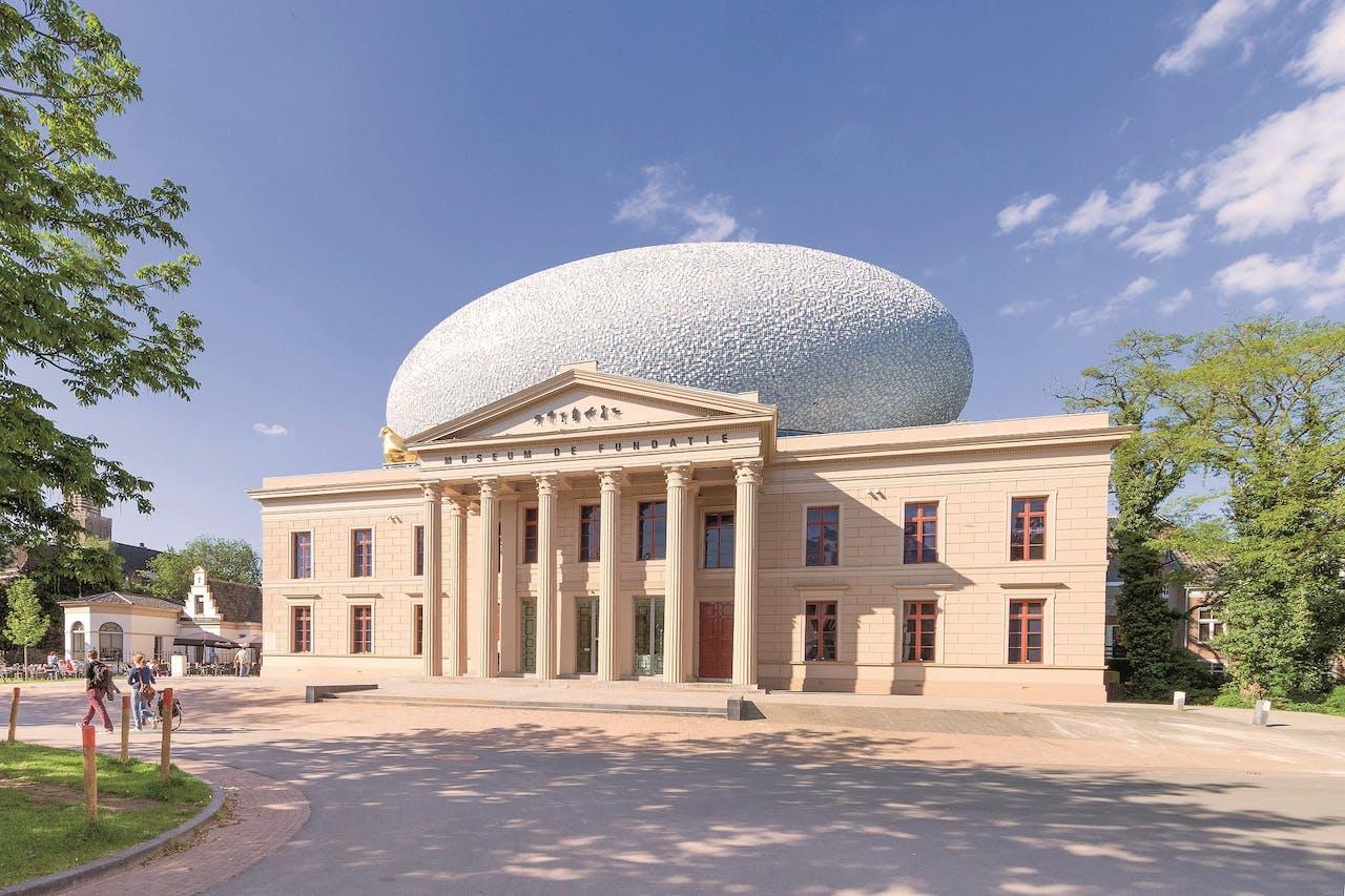 Museum de Fundatie, met boven op het dak een grote bol waarin zich een expositieruimte bevindt.