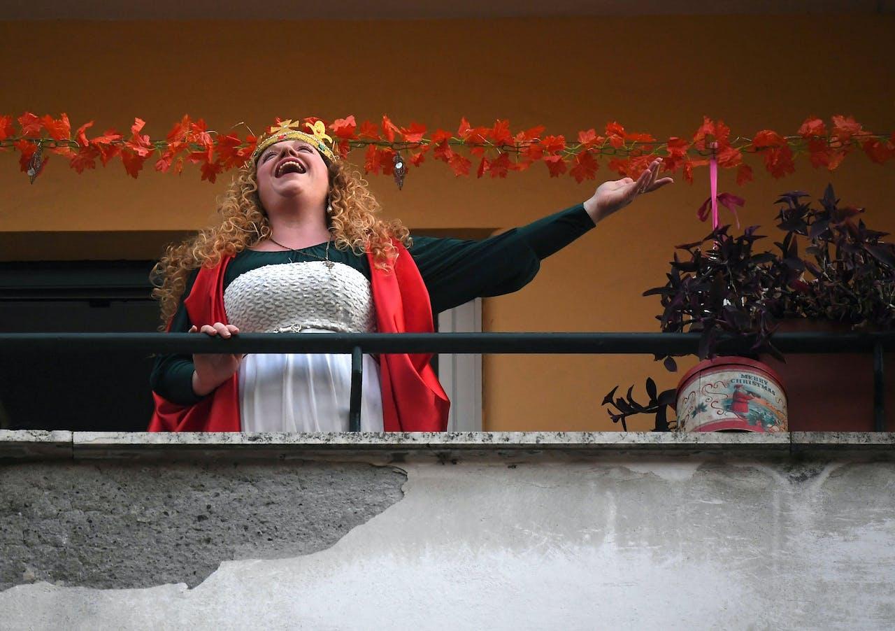 Een vrouw zingt haar buren toe in Rome.