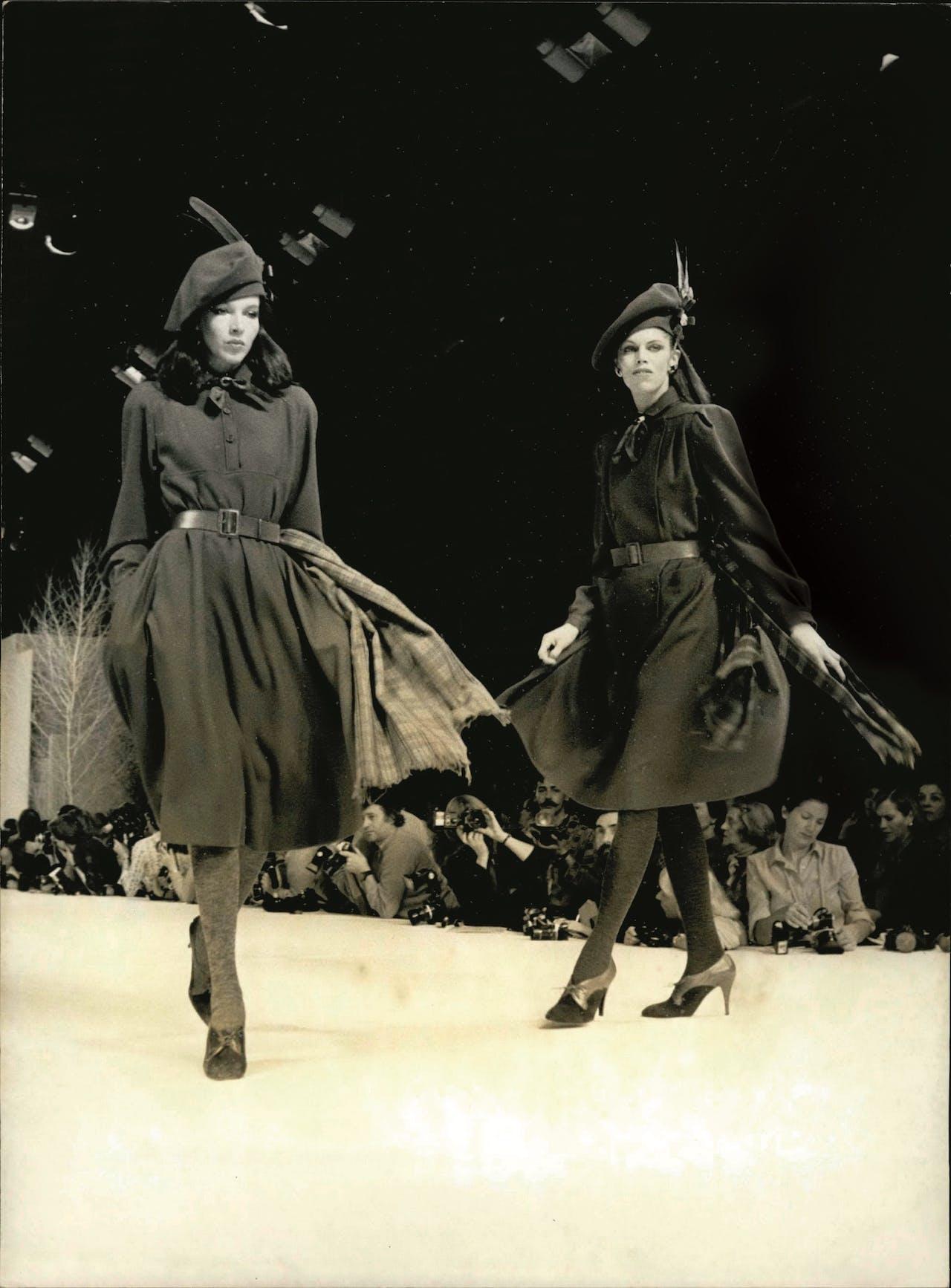 Najaarscollectie 1979. Marc Bohan stond 29 jaar aan het roer van Dior. Onder zijn leiding bleef de stijl van het huis vrouwelijk en veilig.