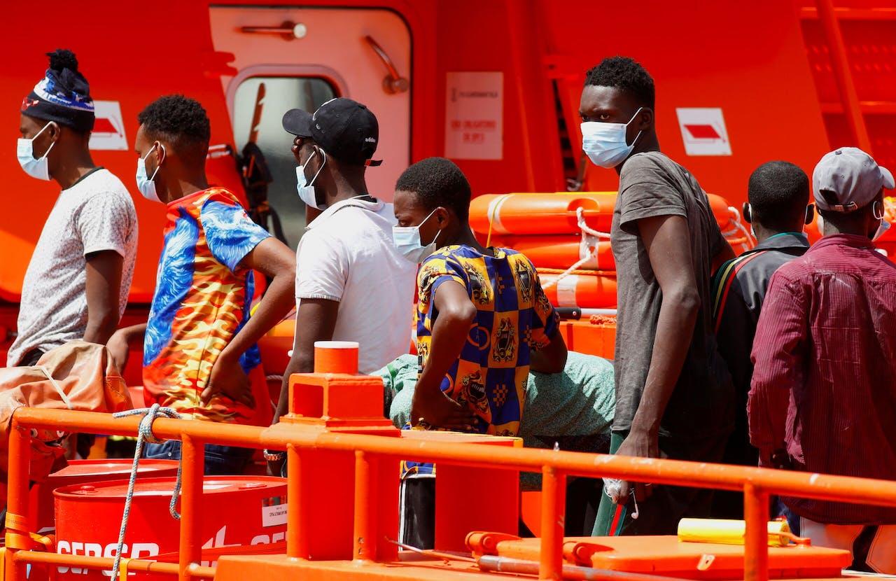 Migranten op een schip van de Spaanse kustwacht bij Gran Canaria.