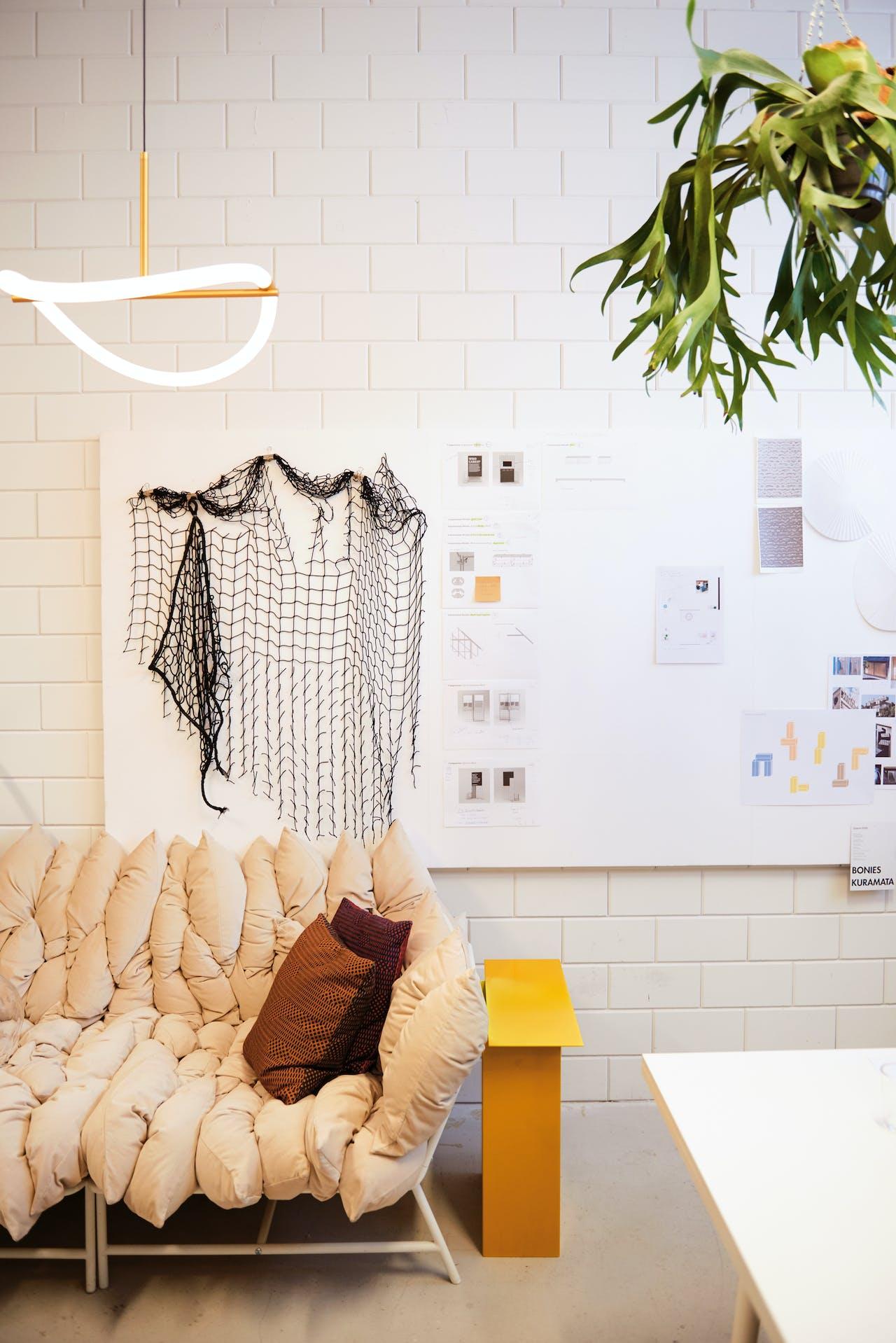 Bank die Truly Truly ontwierp voor de Ikea PS-collectie. Daarachter: lamp uit de Levity Light-serie.