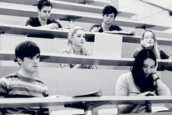 Studenten blijken vaker een vakkenpakket te kiezen dat in het verlengde ligt van vakken die ze al eerder gevolgd hebben. Ook al was hun ervaring met de vakken niet positief.