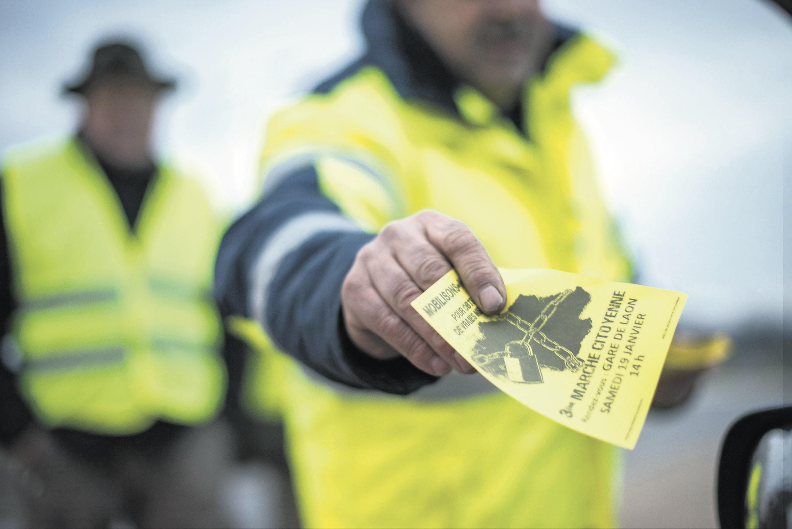 "16 januari 2019, Laon, Frankrijk. Gele Hesjes delen 's avonds flyers uit op rotonde ""Rond Point L'Europe"" en veroorzaken lange files.  Foto: Steven Wassenaar"