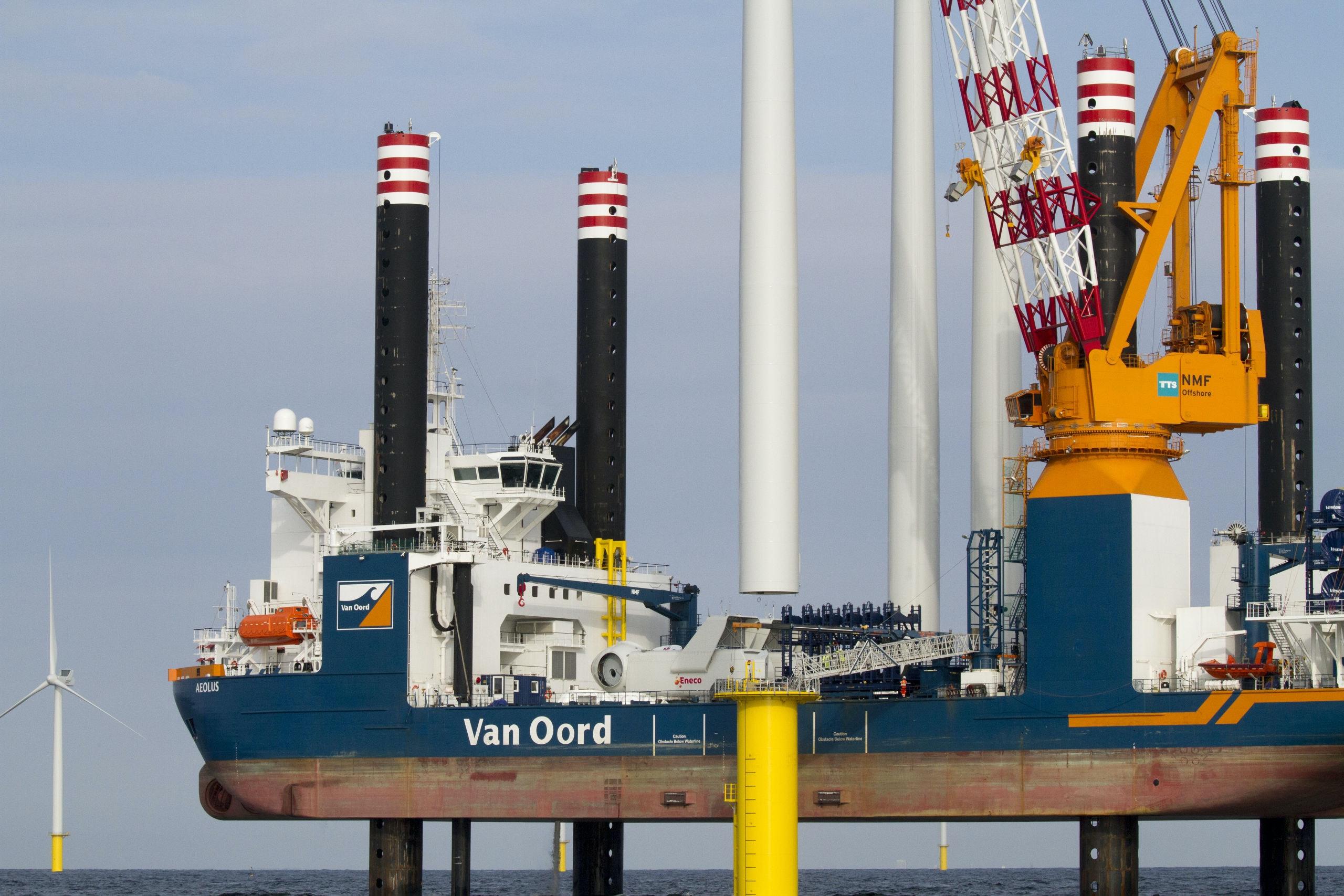Nederland , The Netherlands septmeber 2015 Bouw van het offshore windmolenpark Luchterduinen in zee. Construction of windmills, tubines,windturbines in the North Sea. Foto: Bert Spiertz