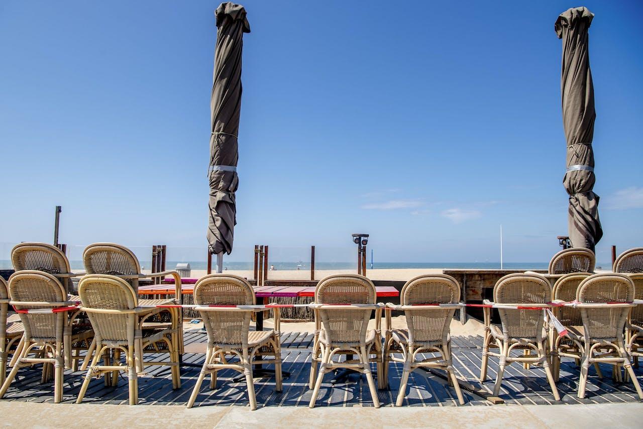 Lege gesloten terrassen langs het strand van Scheveningen. Maatregelen om vooral banen te behouden zullen bij elkaar €13 mrd vergen.