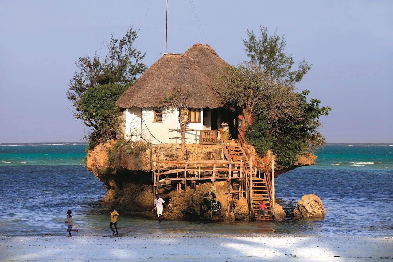 Restaurant The Rock, op een koraaleiland bij Zanzibar.