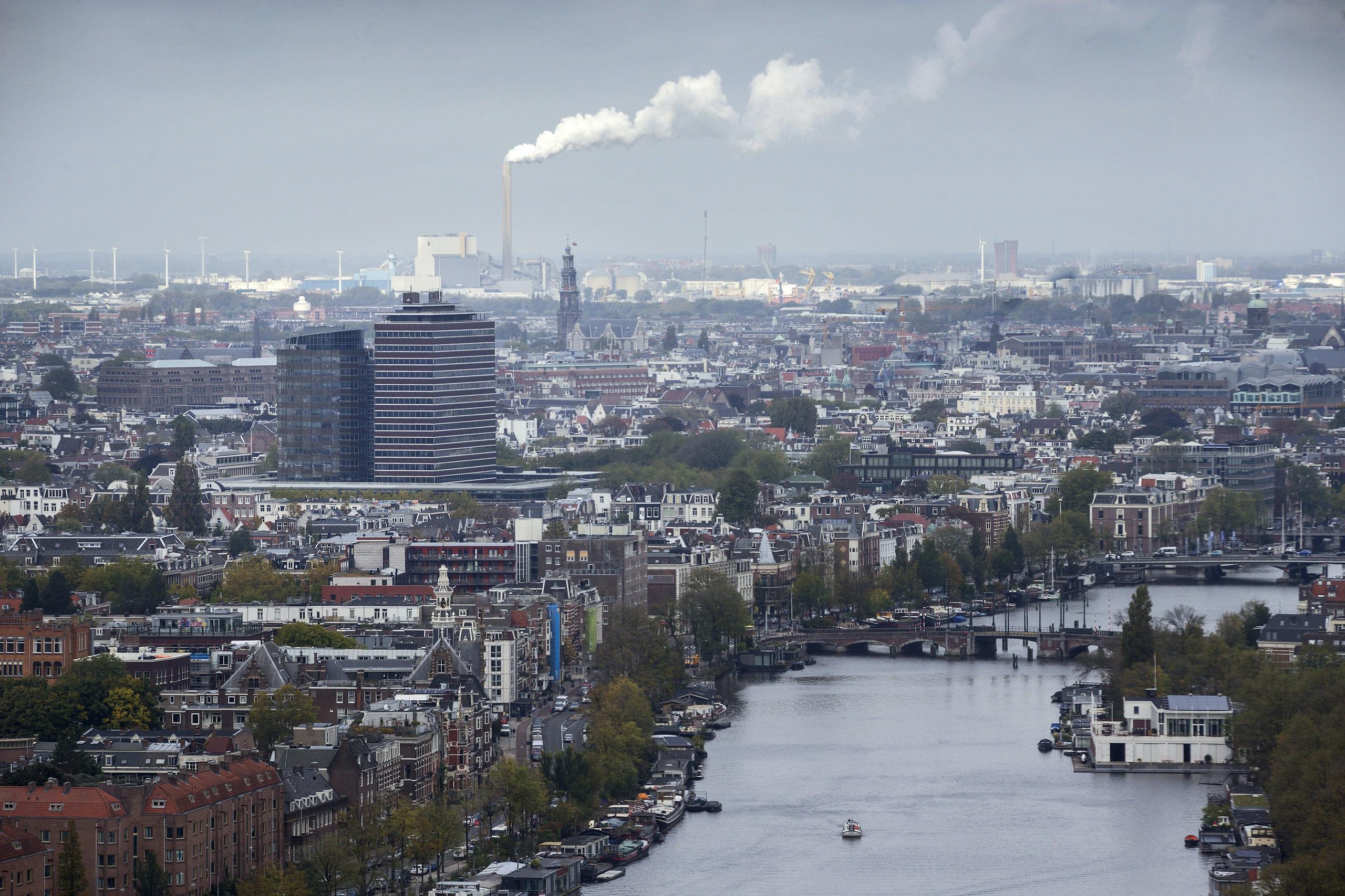 Nederland, Amsterdam, 10-10-2017. Uitzicht vanuit de Rembrandttoren in Amsterdam op Amsterdam.  Foto: Olivier Middendorp