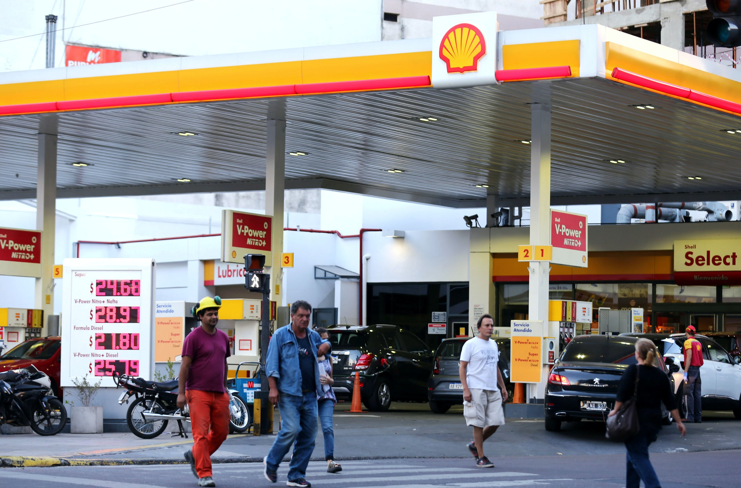People walk in front of a Shell gas station in Buenos Aires, Argentina, March 12, 2018. REUTERS/Marcos Brindicci