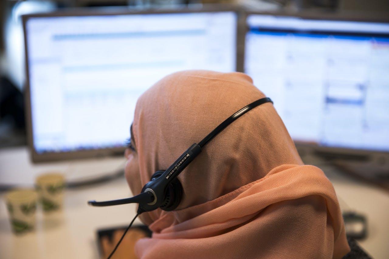 Een medewerker van de klantenservice aan het werk.