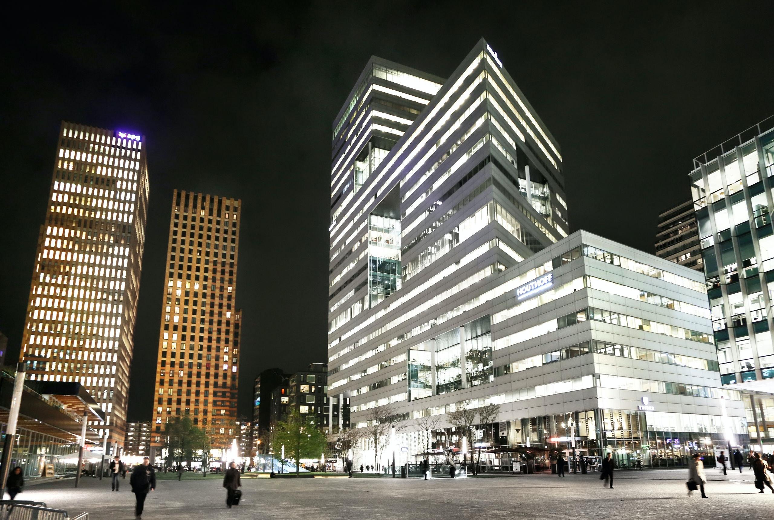 Nederland Amsterdam 2017. Hoogbouw aan de Zuidas. In de linker toren is APG gevestigd.  Het witte gebouw rechts is de Ito Toren.  . Foto Berlinda van Dam / Hollandse Hoogte