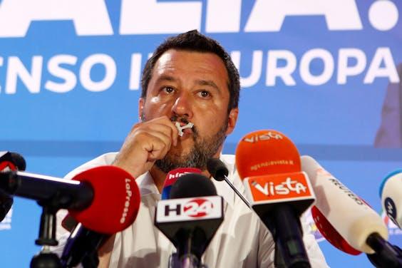 Lega-leider Matteo Salvini kust een kruisje. Hij dankte zondagavond Maria voor zijn zege.