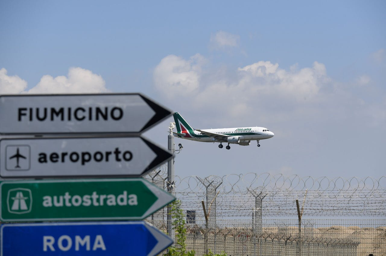 Un aereo Alitalia si prepara ad atterrare a Roma.