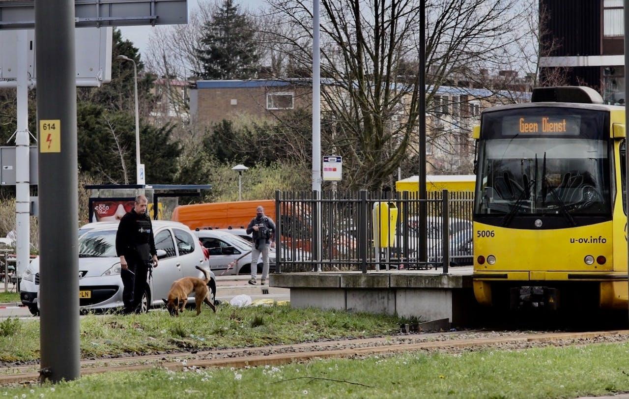 De dader is na de schietpartij in een rode Renault Clio op de vlucht geslagen. De auto is later in Utrecht teruggevonden. De politie heeft ter plekke onderzoek gedaan.