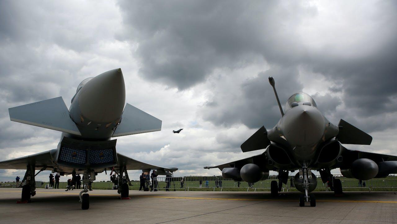De Eurofighter Typhoon en de Dassault Rafale (r) gebroederlijk samen bij een luchtvaartshow in Duitsland.
