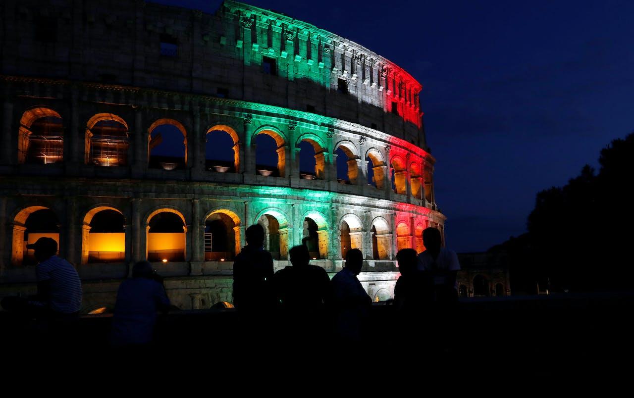 Op het Colosseum in Rome werd zondag de Italiaanse vlag geprojecteerd in het kader van de herdenking van slachtoffers van het coronavirus.