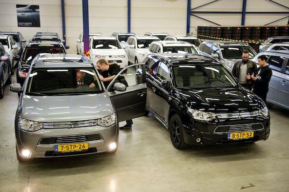 In 2013 werden Mitsubishi Outlanders per groep afgeleverd. De hybride auto was erg populair bij zakelijke rijders.