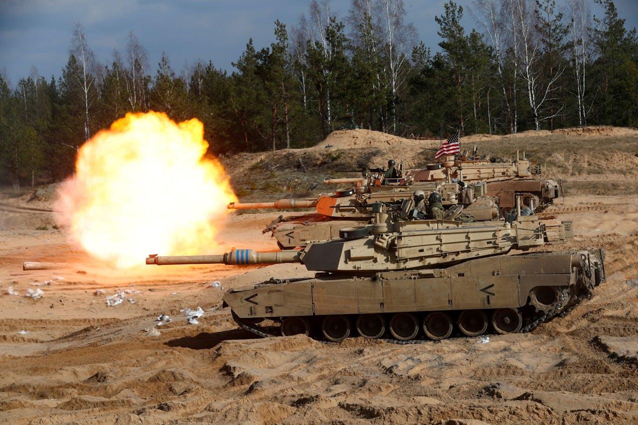 Amerikaanse Abrams-tanks in actie bij een Navo-oefening.