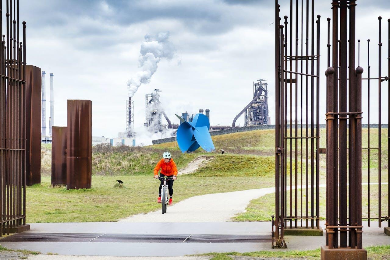 Zicht op Tata Steel vanuit Wijk aan Zee. Omwonenden hebben een aanklacht tegen de staalfabriek ingediend voor het moedwillig schaden van de gezondheid van mens en dier.