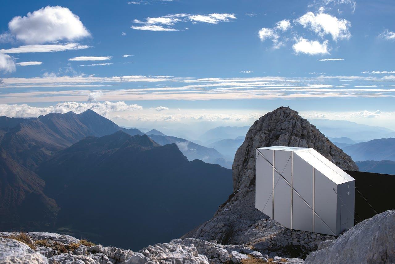 Bergbeklimmers kunnen hun slaapzak uitrollen op drie rustplatforms.
