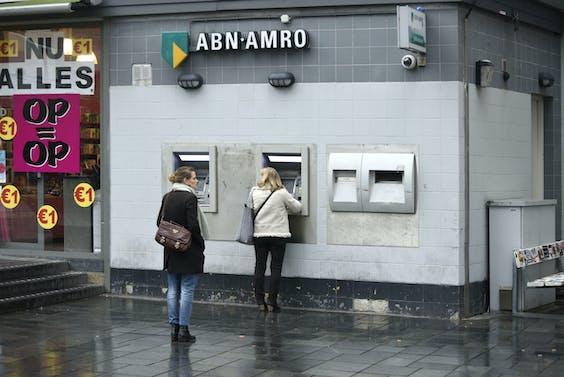 Pinautomaten van de grootbanken krijgen volgens het plan een nieuwe merknaam.