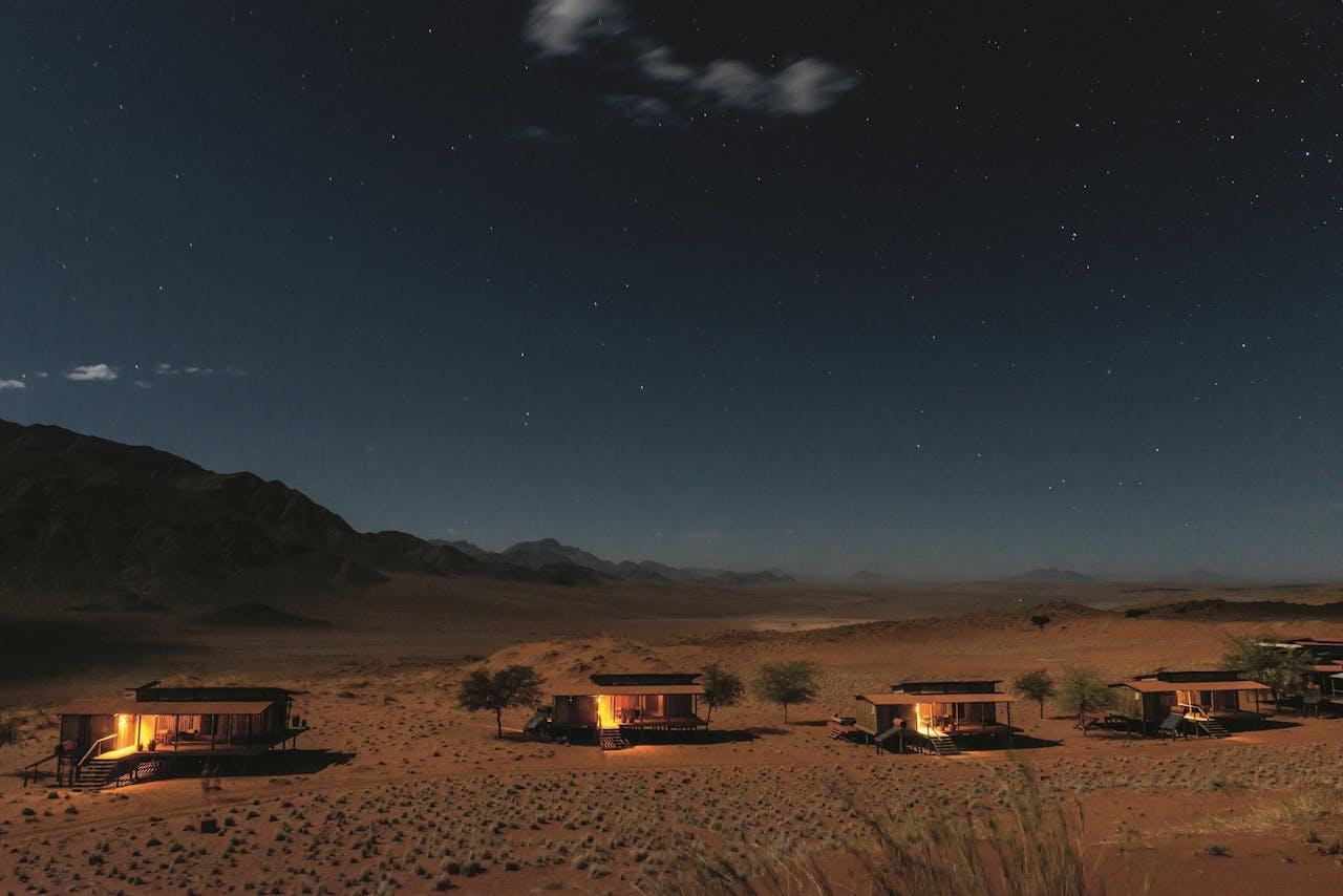 Houten chalets in het NamibRand-reservaat.