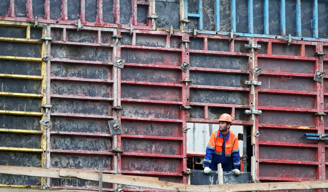 Een bouwvakker neemt een kijkje bij een bouwput in de Russische hoofdstad Moskou.