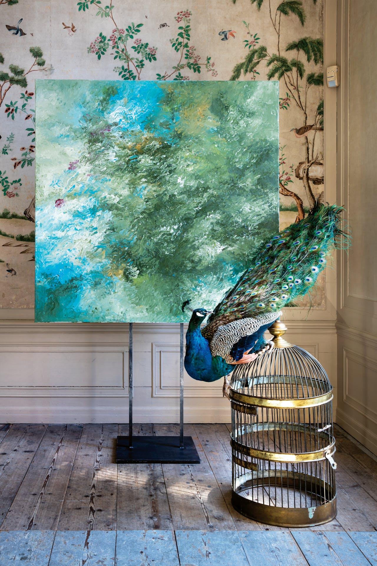 In de Vogeltjeskamer staat de pauw uit 'Turaco's after Aert Schouman', 2017, voor 'Waldig' van Armando, uit 2013.