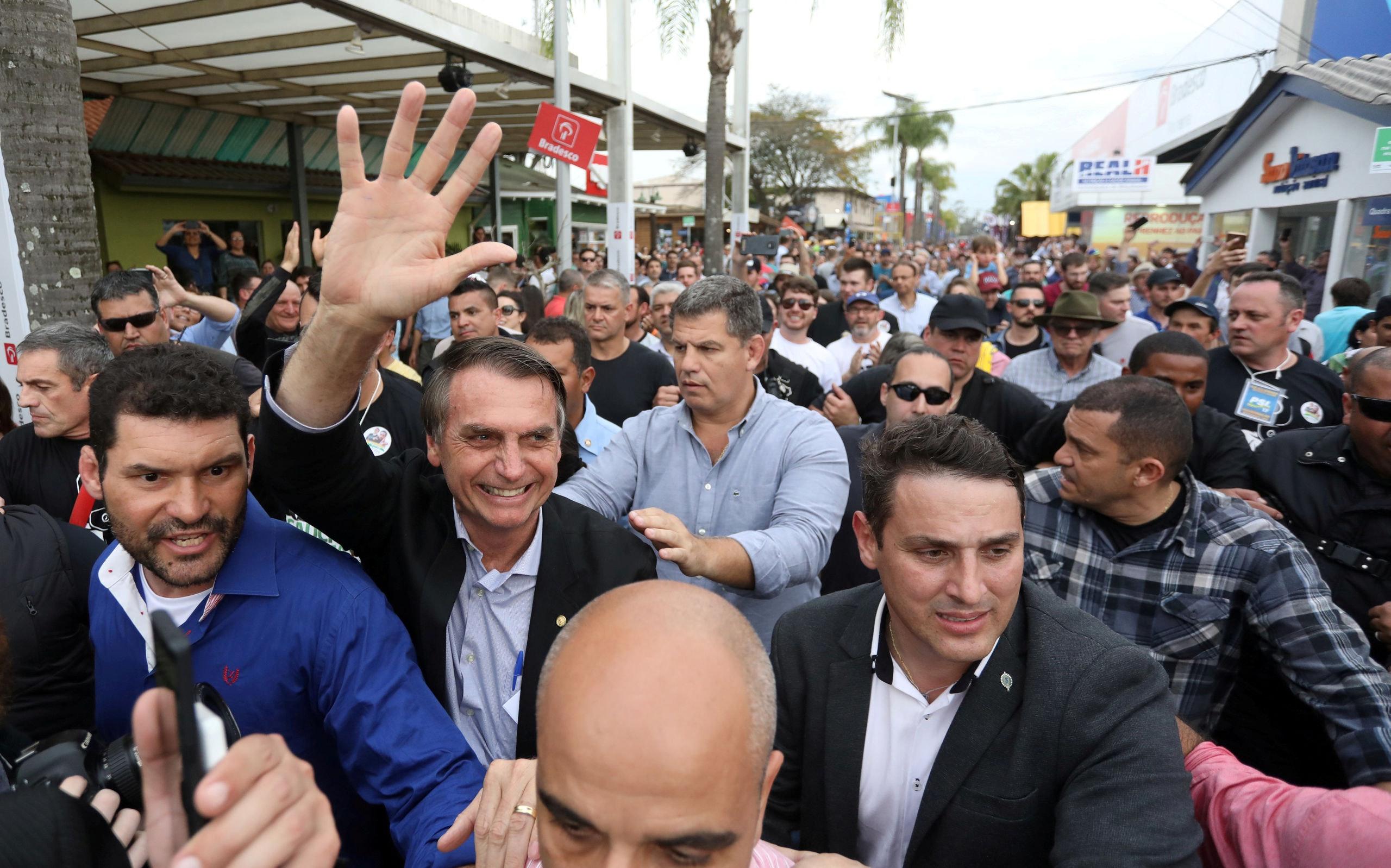 Presidentskandidaat Jair Bolsonaro - hier begroet door zijn supporters - vergeleek zijn zwarte landgenoten met koeien.