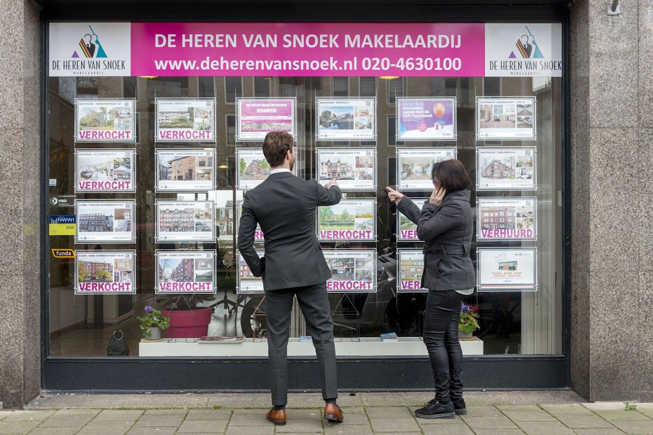 Etalage van de makelaar Heren van Snoeck. Huizenkopers kunnen voor het eerst een hypotheek met looptijd van 10 jaar afsluiten met een rente onder de 1%.
