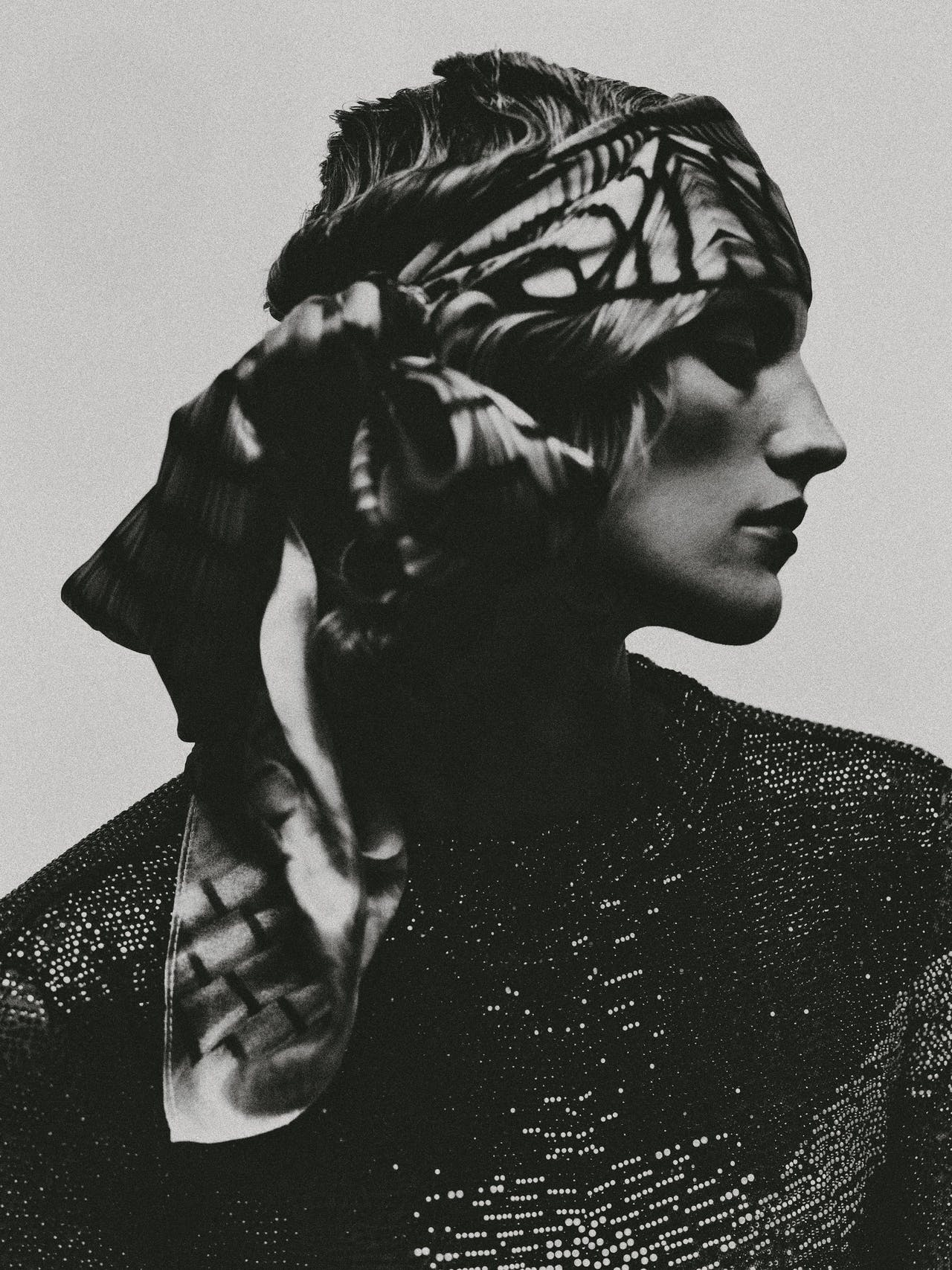Jurk, Giorgio Armani; sjaal, Iris van Herpen.