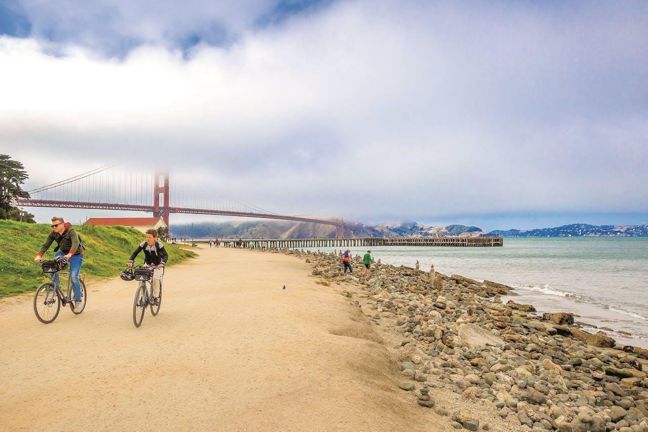 Fietsen bij de Golden Gate Bridge.