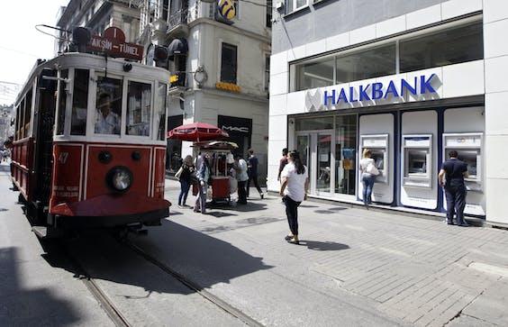 Een vestiging van Halkbank in Istanboel. De voormalige vicedirecteur van de bank, Mehmet Hakan Atilla, staat in New York terecht voor het aannemen van steekpenningen.