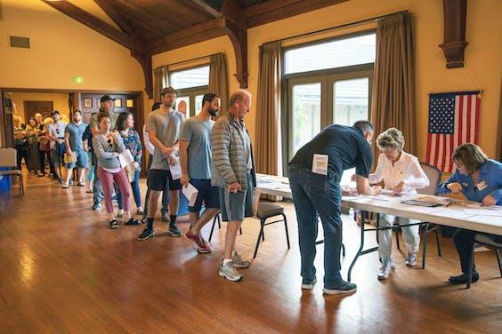 Kiezers staan in de rij bij een stemlokaal in Laguna Beach in de staat Californië.