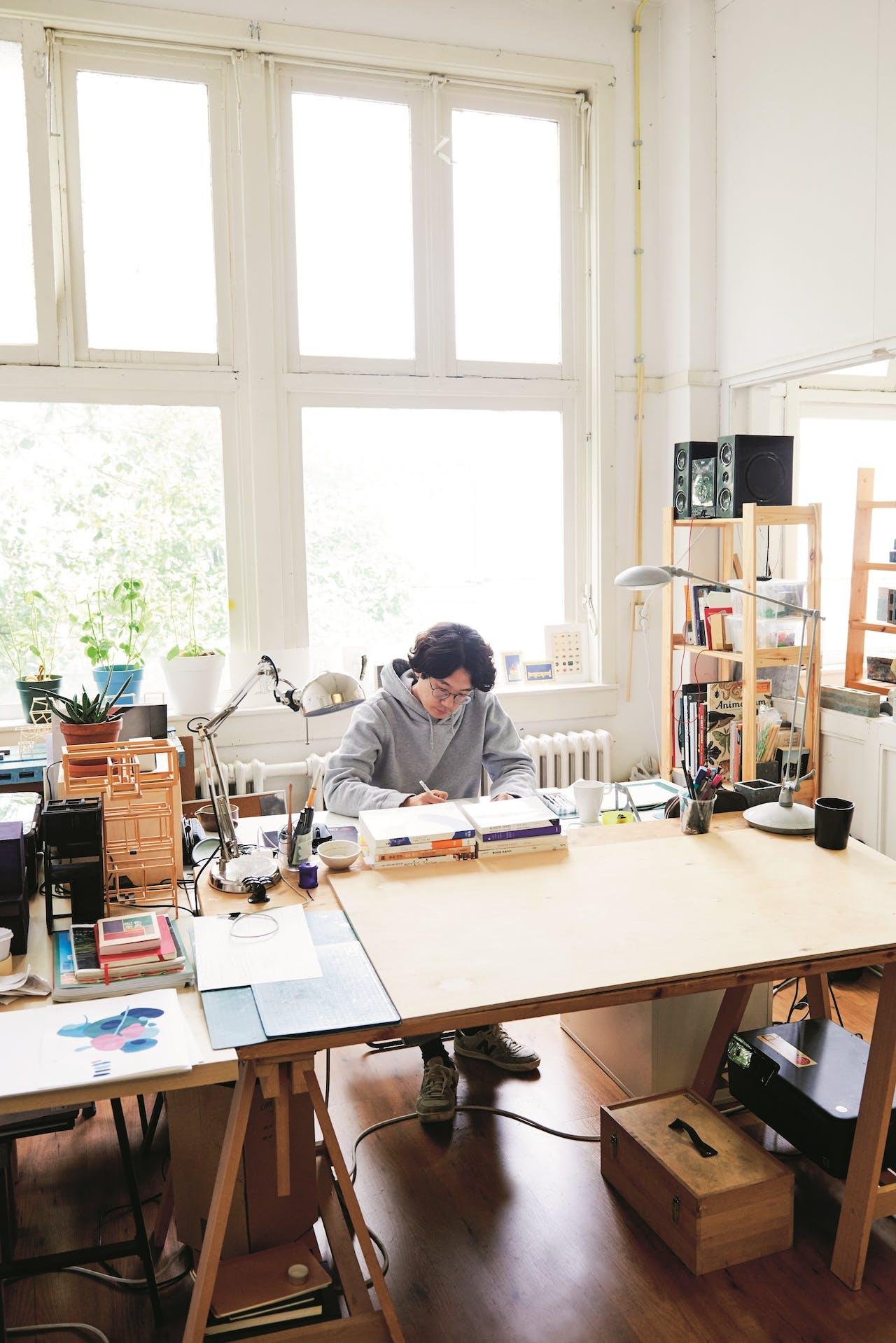 Woojai Lee aan het werk in zijn studio in Eindhoven.