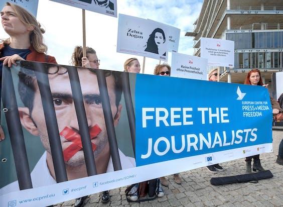 Leden van Amnesty International demonstreren in september 2018 bij het bezoek van de Turkse president Erdogan aan Berlijn tegen het op grote schaal vasthouden van journalisten in Turkije.
