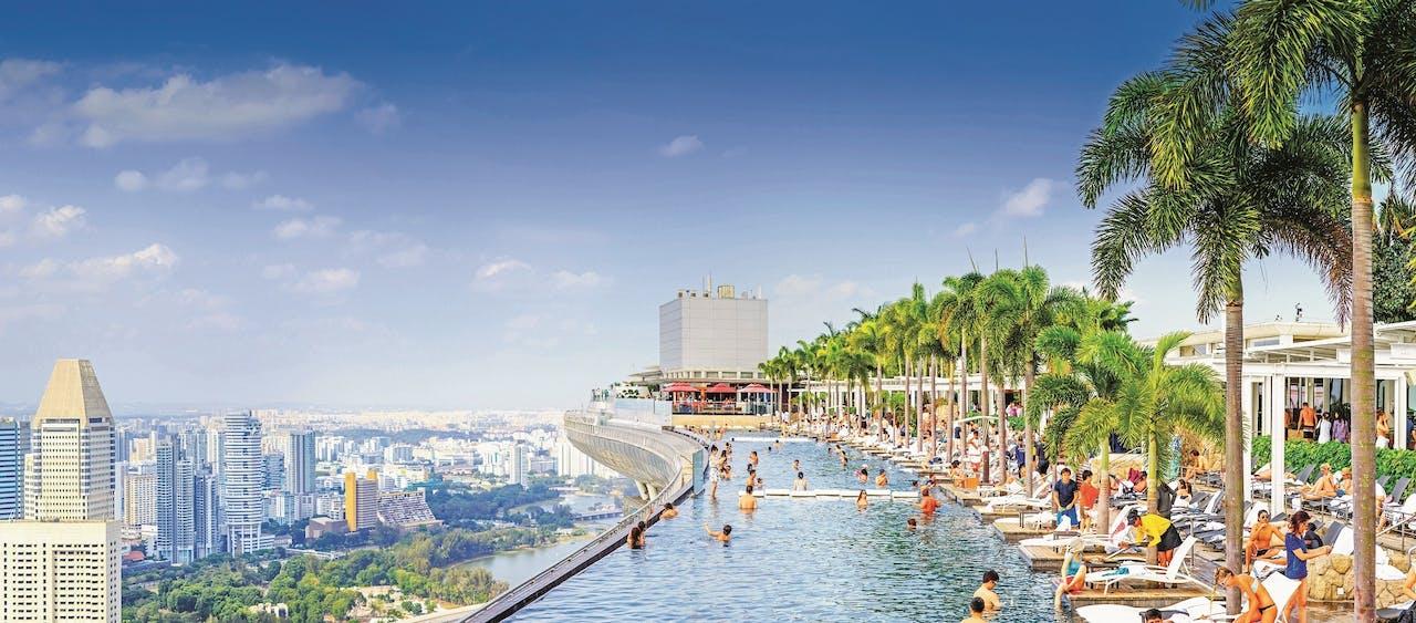 Infinity pool boven op het dak van twee immense hoteltorens in Singapore.