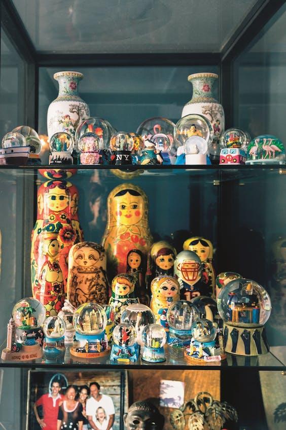 Van Engelens verzameling baboesjka's en sneeuwbollen.