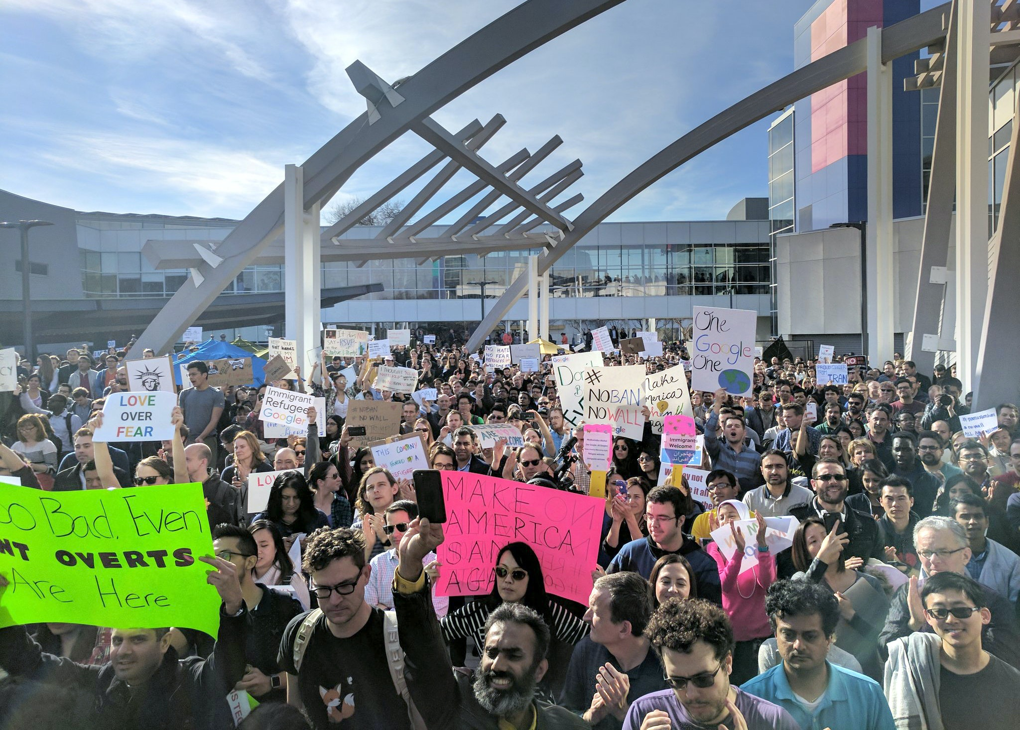 Google employees demonstrate against Trump's travel ban in Mountain View, US, 30 January 2017.  (ATTENTION EDITORS: FOR EDITORIAL USE ONLY IN CONNECTION WITH CURRENT REPORTING/ MANDATORY CREDIT: Photo: Moriah Maranitch/instagramm/dpa) NO WIRE SERVICE Photo: Moriah Maranitch/instagram/dpa