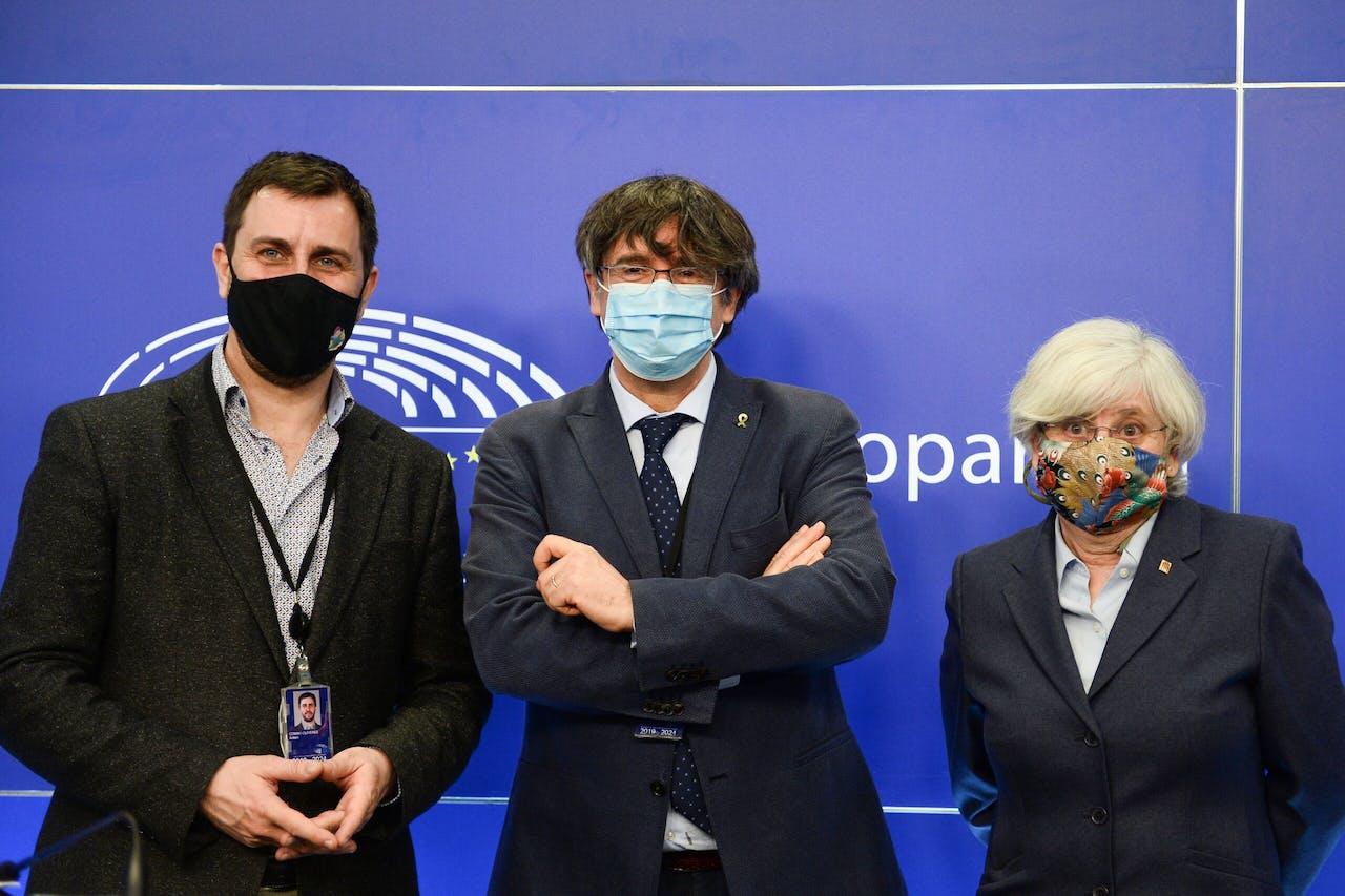 Van links naar rechts de Catalaanse europarlementariërs Antoni Comin, Carles Puigdemont en Clara Ponsati.