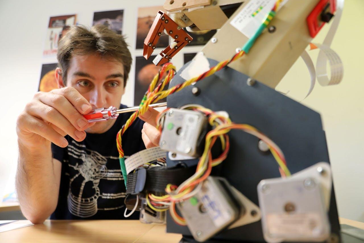 Matthieu Pluvinage, docent op een technische school in Saint Etienne du Rouvray, meldde zich toen ruimtevaartagentschap ESA astronauten zei te zoeken. Hij was niet de enige Fransman.