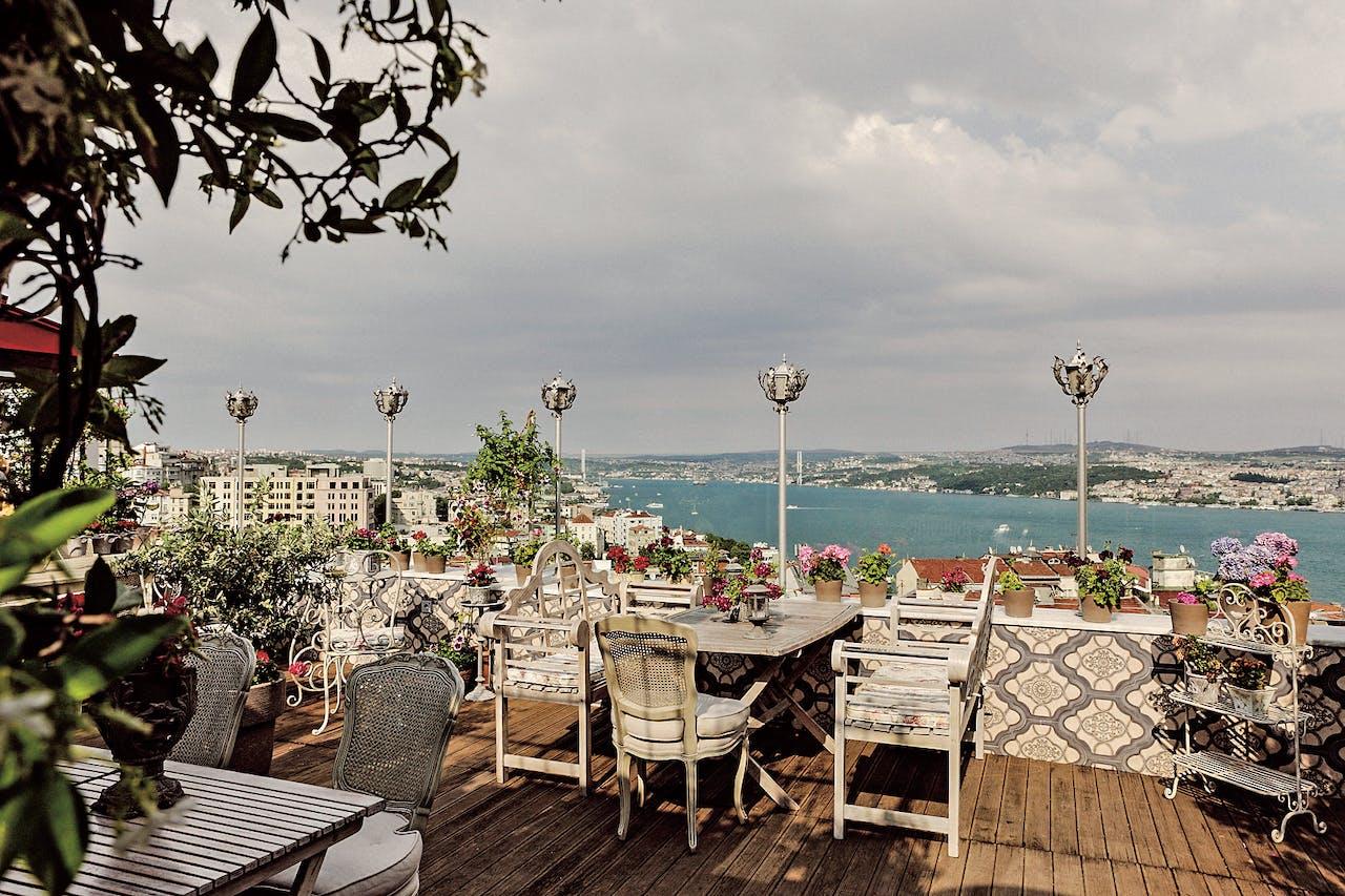 Het rooftop-restaurant 5.Kat in Istanboel.