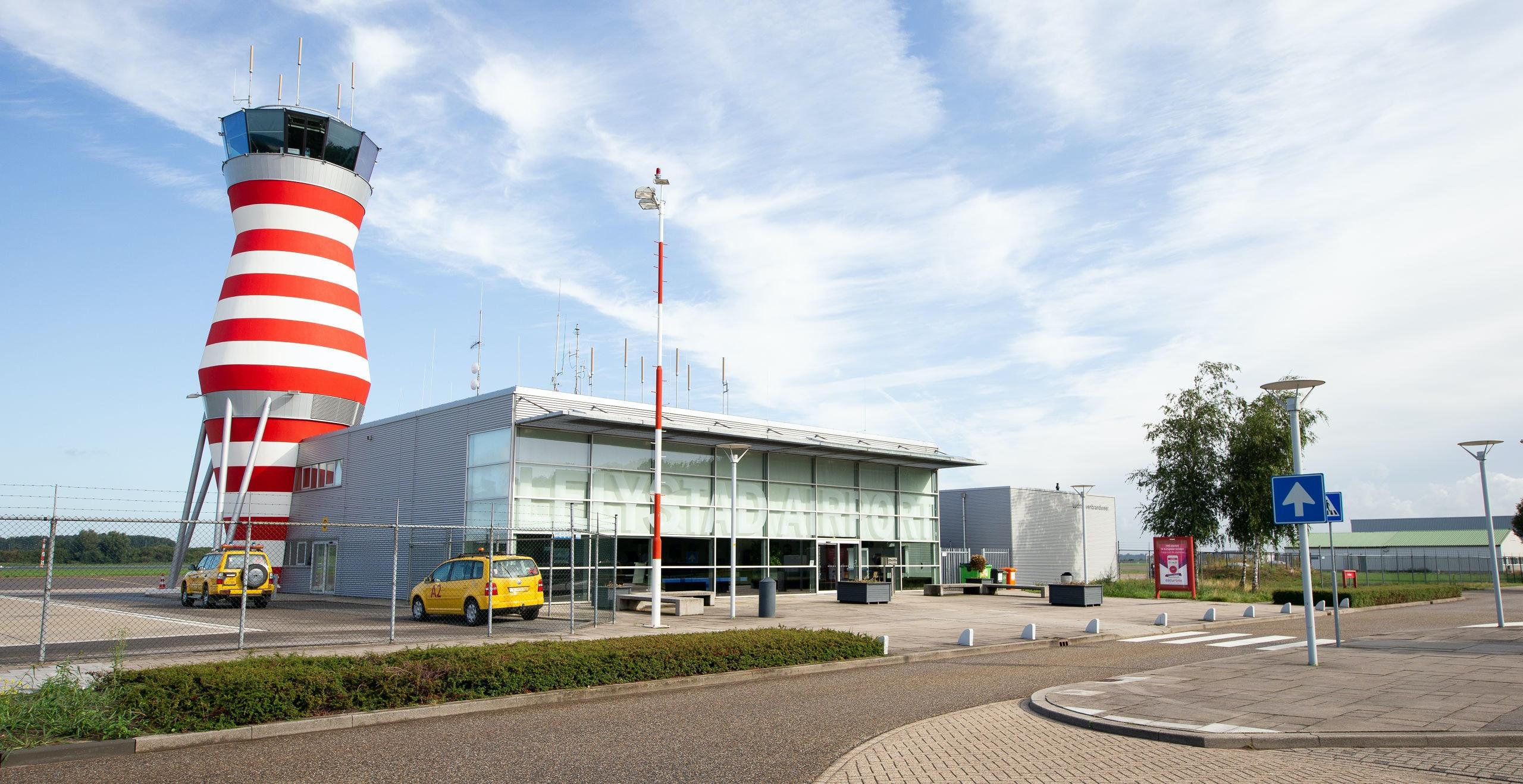 De verkeerstoren van Lelystad Airport is dit jaar verhoogd om grotere vliegtuigen te kunnen begeleiden.