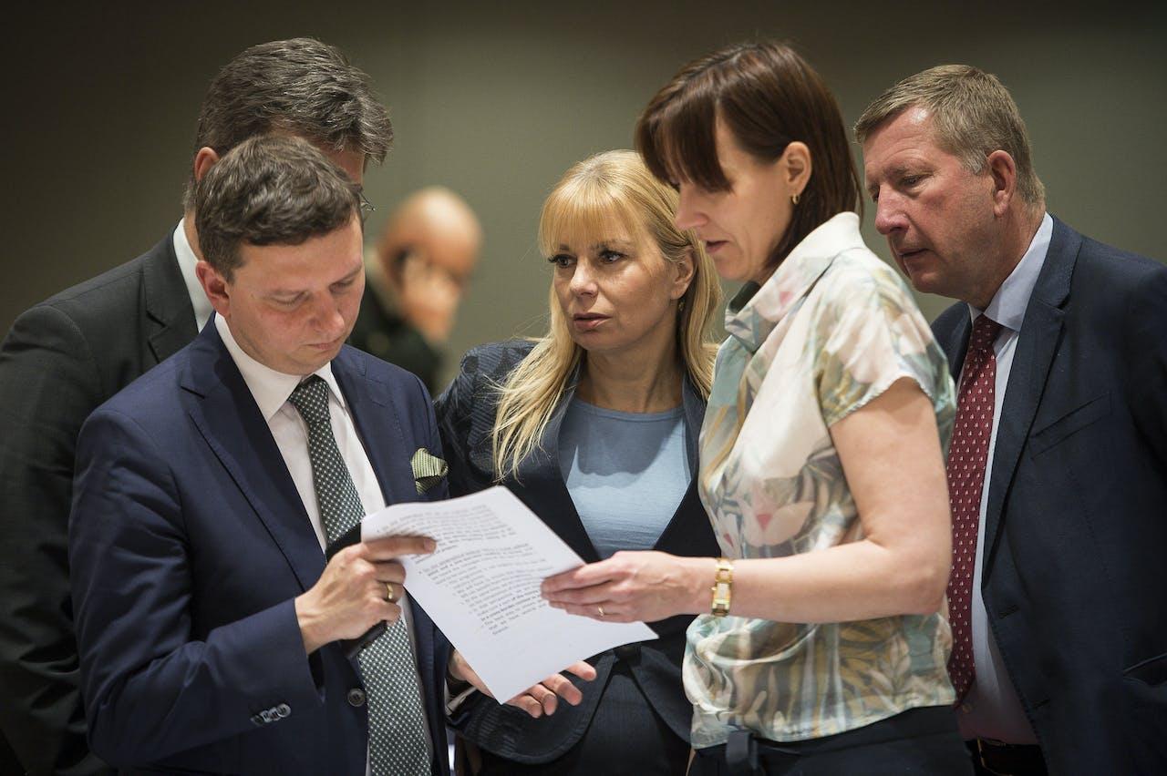 Elzbieta Bienkowska (midden) eerder dit jaar bij een EU-overleg in Brussel.