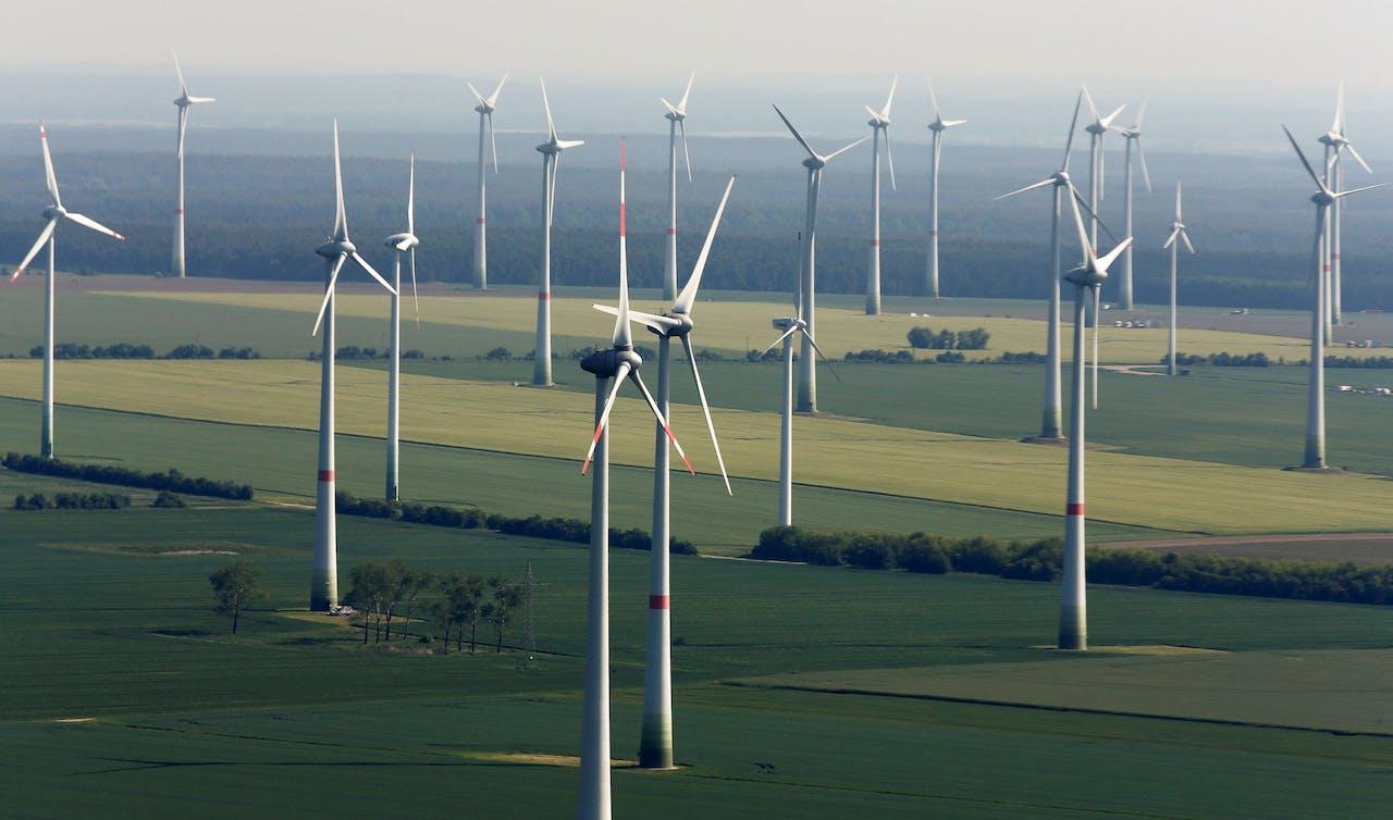 Windturbines in de buurt van het Duitse Altengrabow