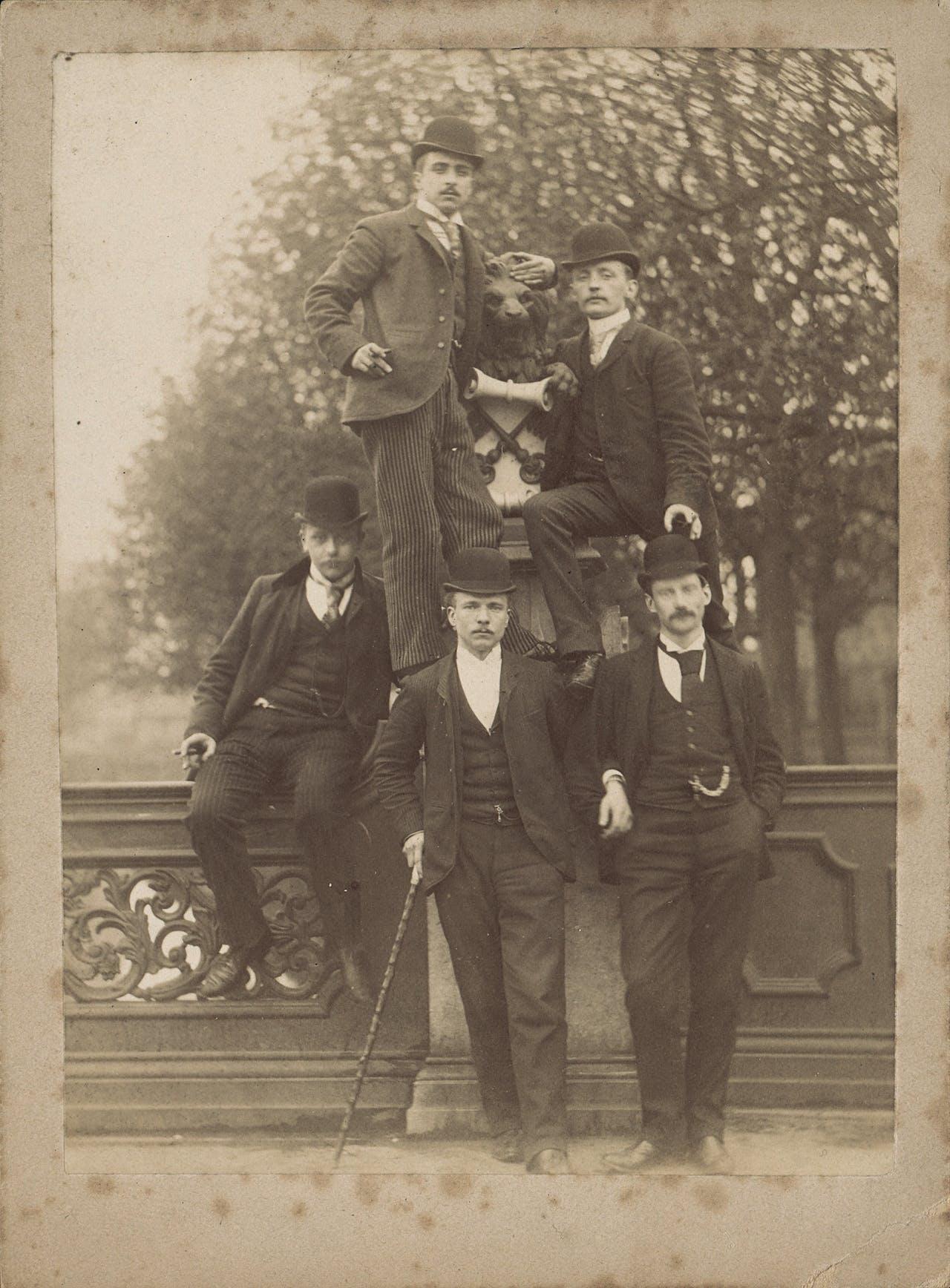 Leidse studenten in oktober 1890 voor de camera van Israël David Kiek.